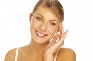 Jak odmłodzić się odpowiednim makijażem ust i oczu?