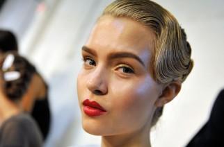 Wet look krok po kroku: makijaż i fryzura
