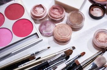 Co zrobić, żeby makijaż przetrwał szaloną noc?