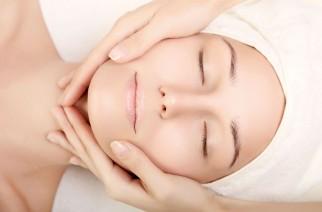 Jak zrobić masaż twarzy? Relaks i terapia przeciwzmarszczkowa w kilku krokach