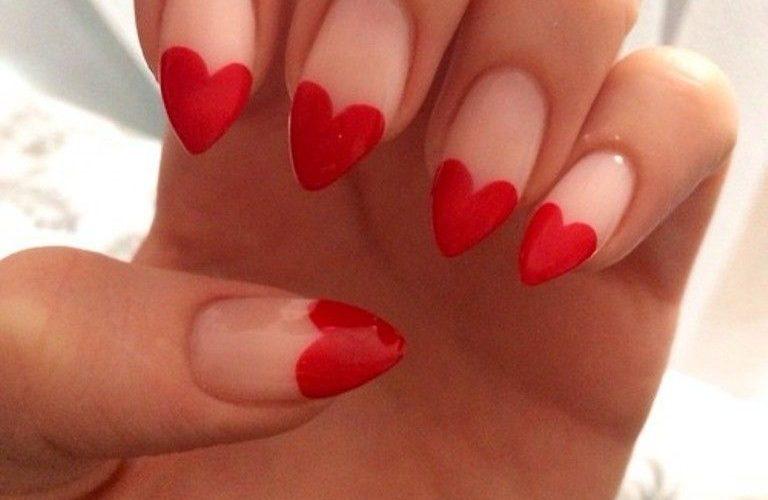 Walentynkowy manicure. Jakie kolory i wzory na paznokcie wybrać?