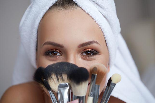 Sposoby na ukrycie niedoskonałości cery. Jak wykonać makijaż maskujący?